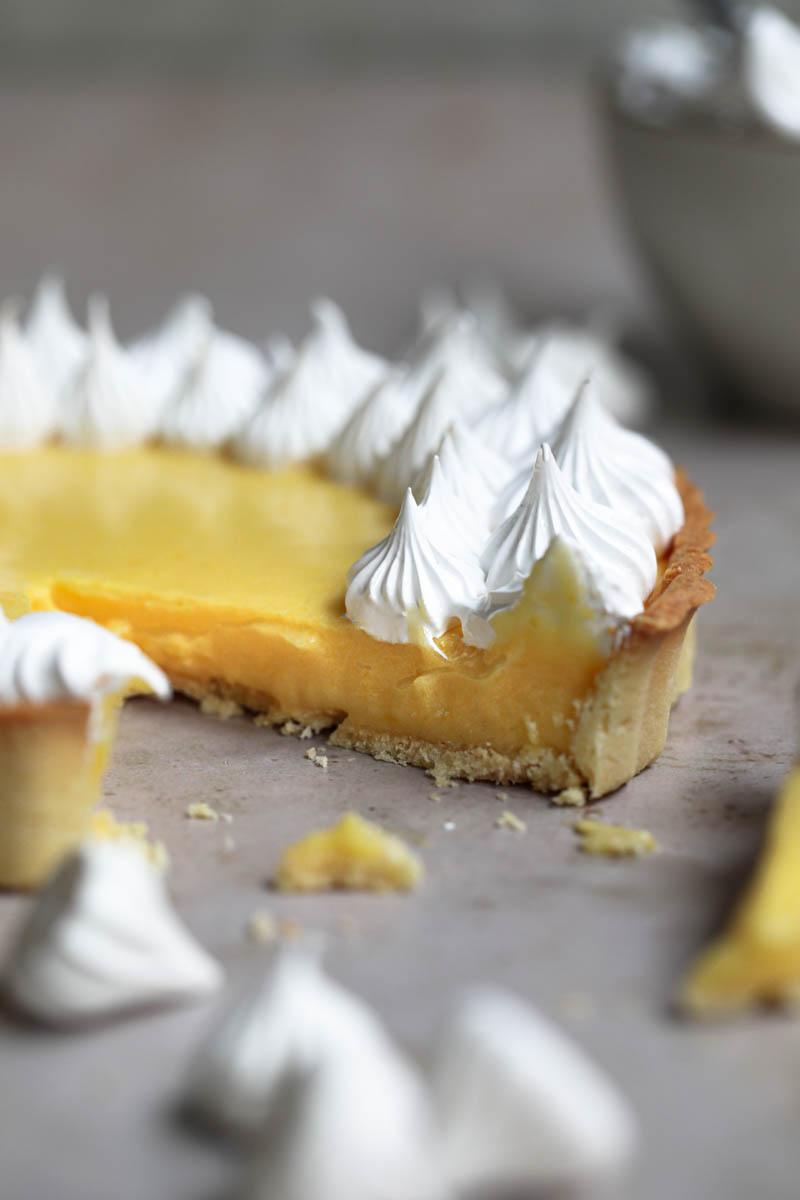La tarta de limón cortada vista desde el costado.