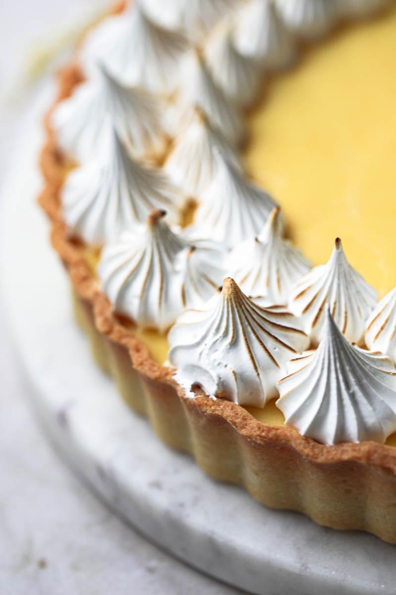 La tarta de limón cubierta con merengue suizo tostado.
