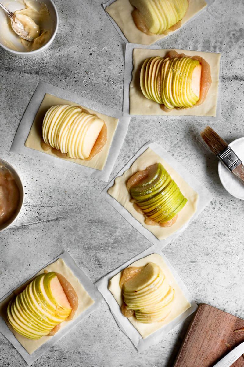 Plano aéreo de todas las tartas de manzana listas para el horno