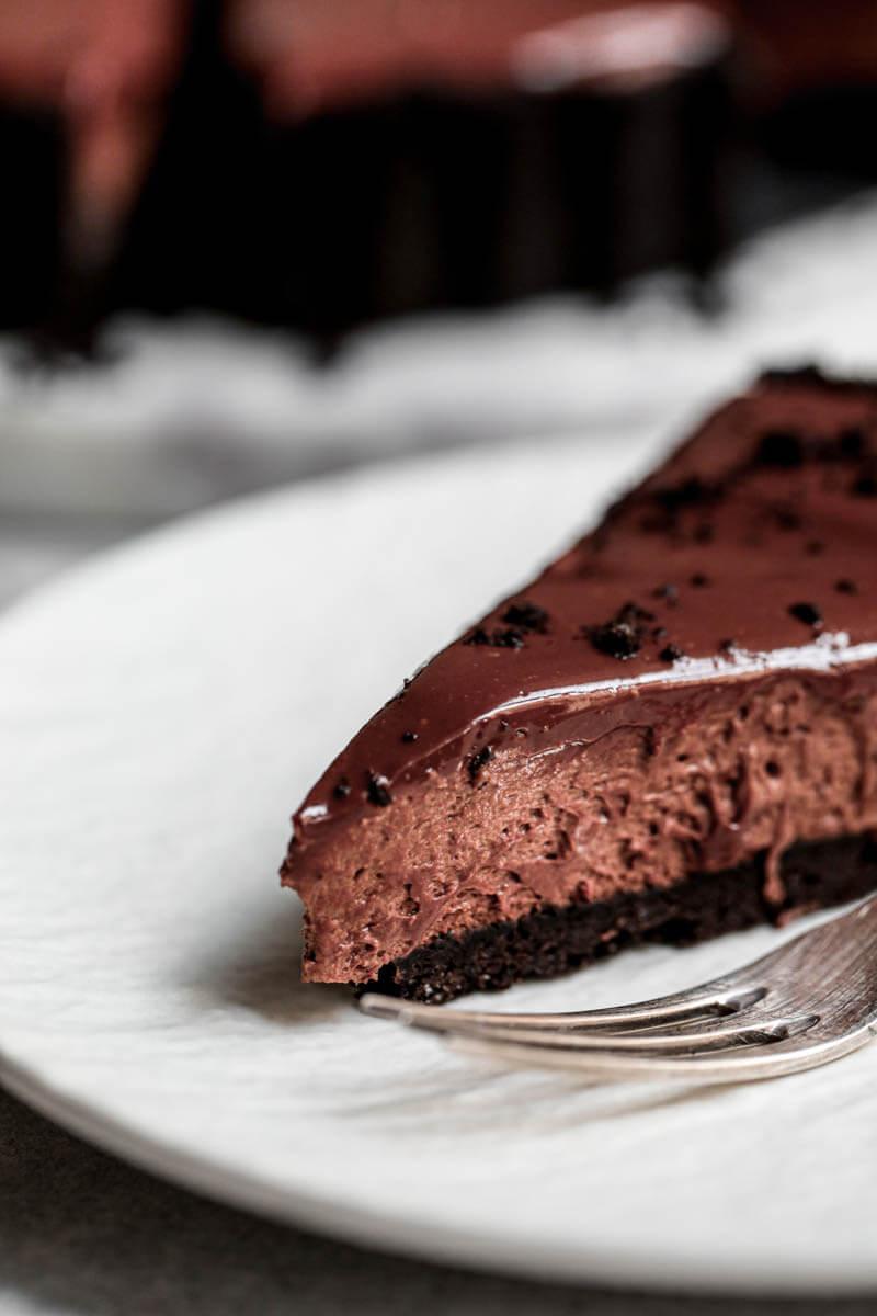Primer plano de 90° vista desde el costado de una porción de tarta de mousse de chocolate