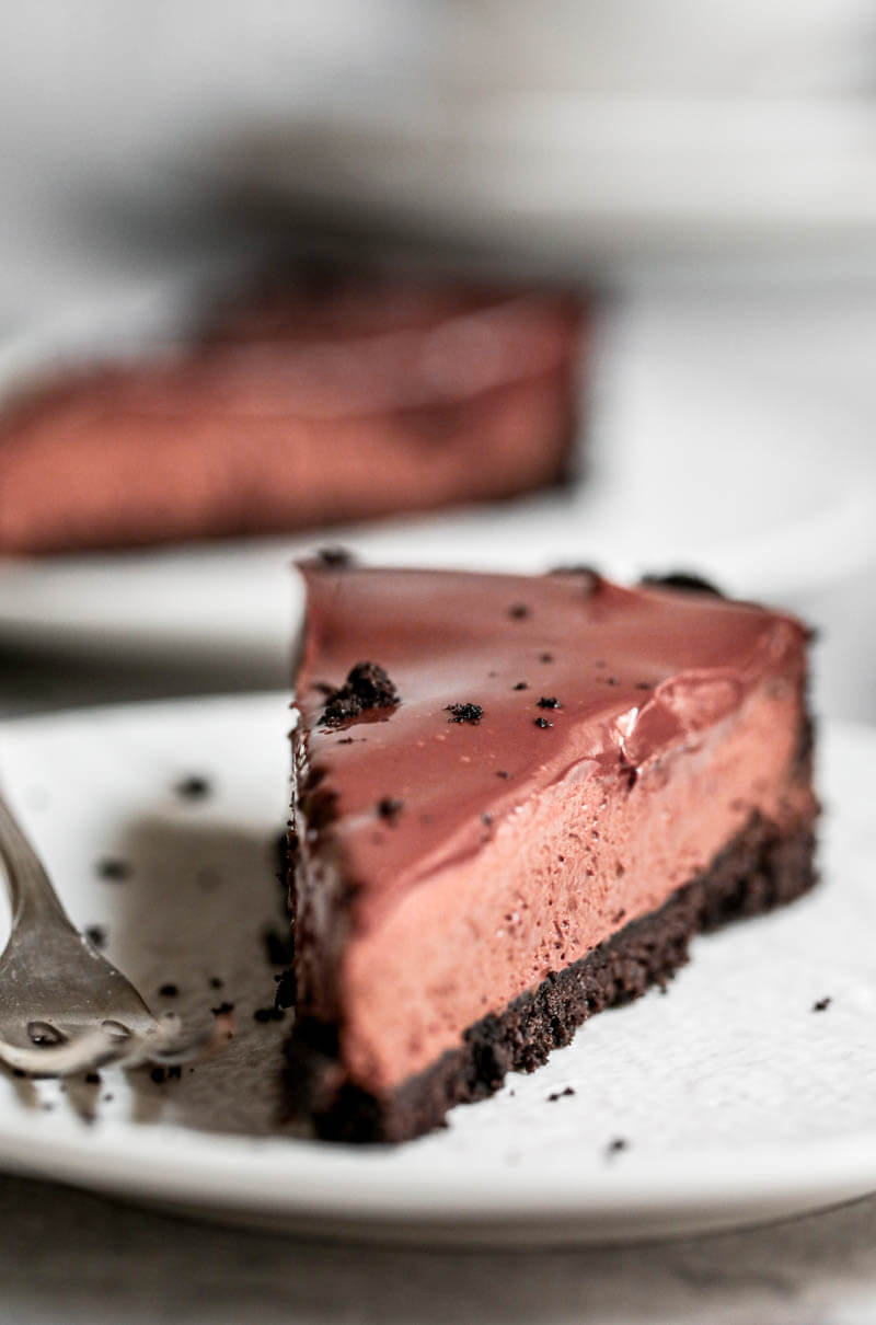 Primer plano de 90° vista desde el frente de una porción de tarta de mousse de chocolate