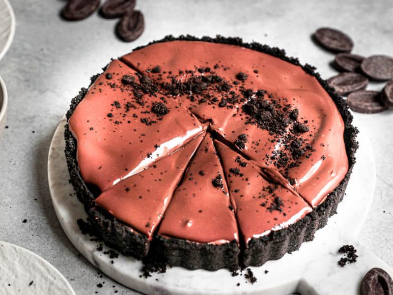 Plano de 45° de la tarta de mousse de chocolate sobre una fuente de mármol