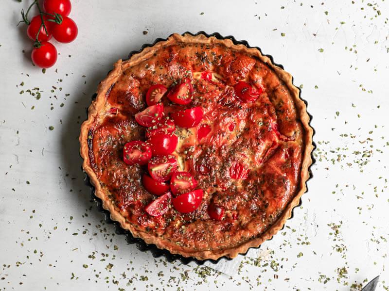 Plano aéreo de la tarta de tomate y mozzarella entera en el molde