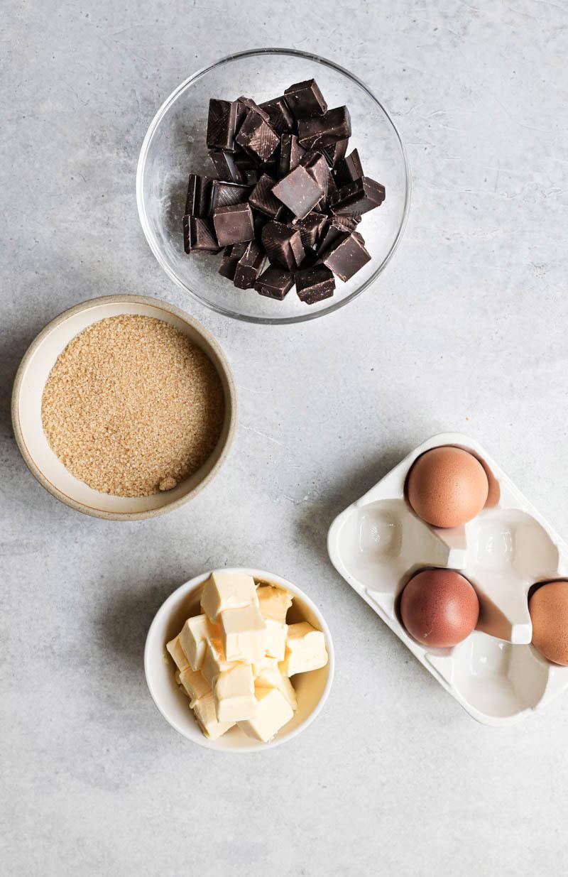 Los ingredientes necesarios para realizar esta torta húmeda de chocolate.