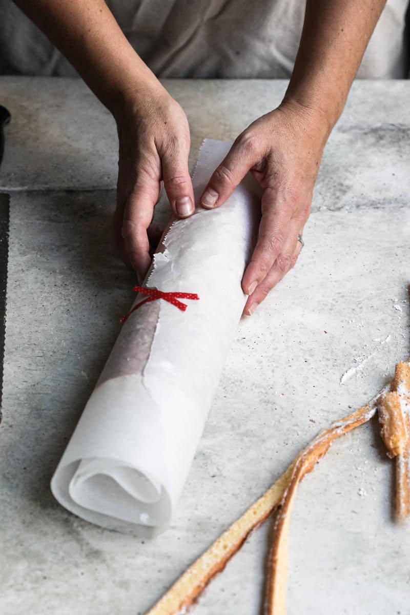 El tronco de navidad envuelto en papel manteca