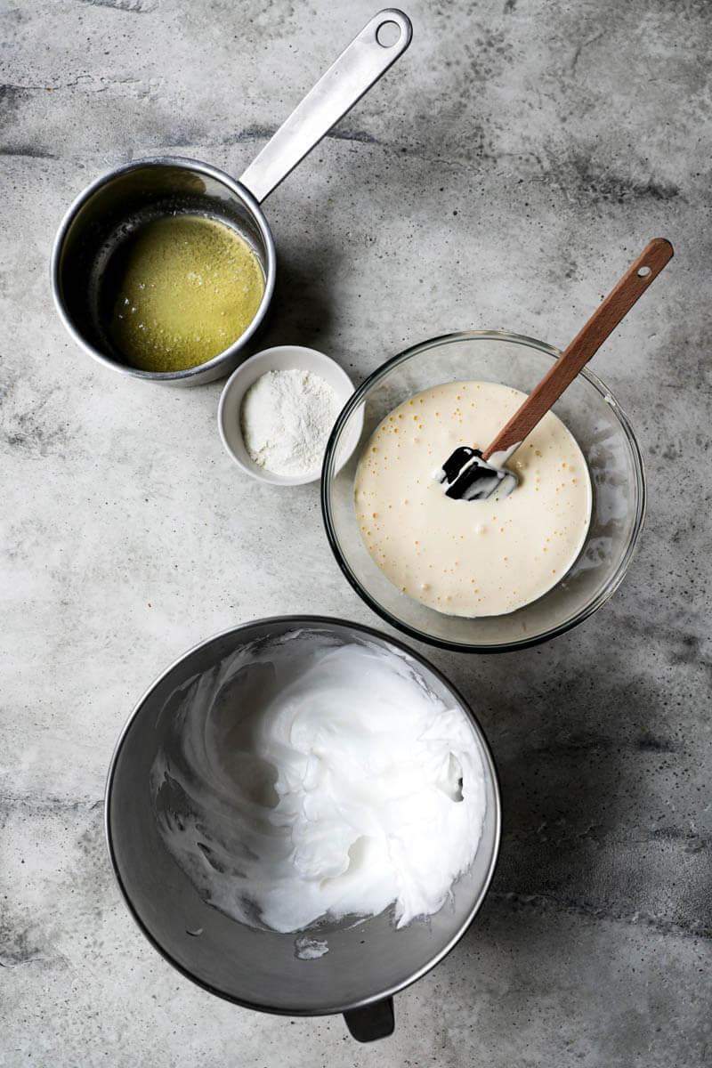Los componentes del tronco de navidad: claras batidas, manteca derretida, harina y la mezcla azúcar/huevo