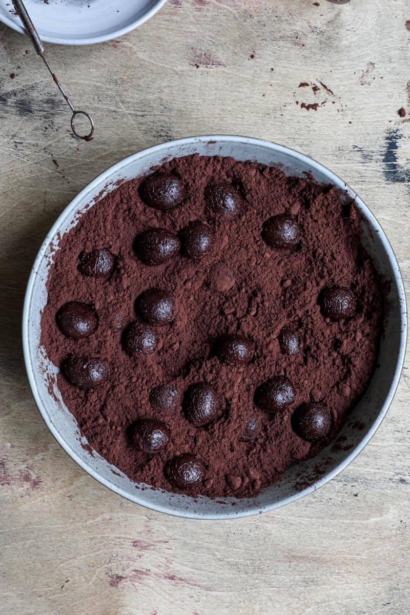 Trufas en un plato con cacao en polvo