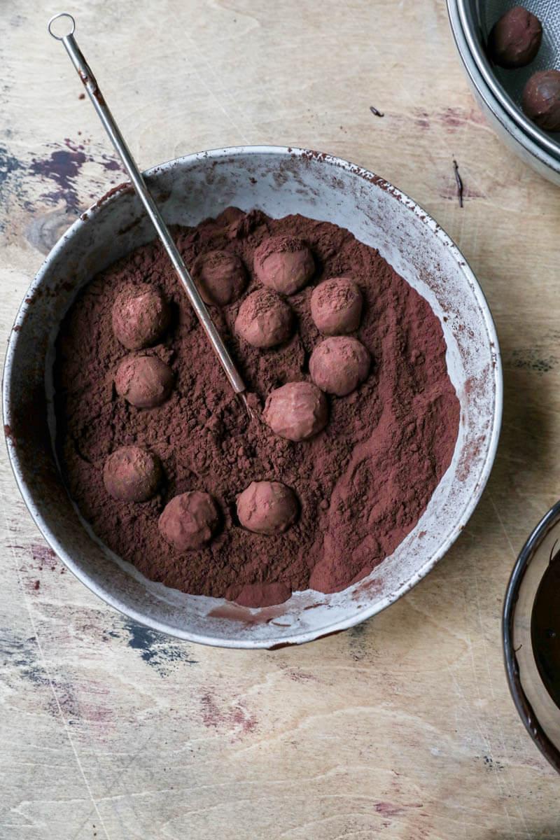 Plato relleno de cacao en polvo y trufas