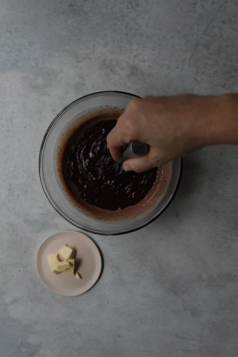 Trufas de chocolate en un molde de tarta negro