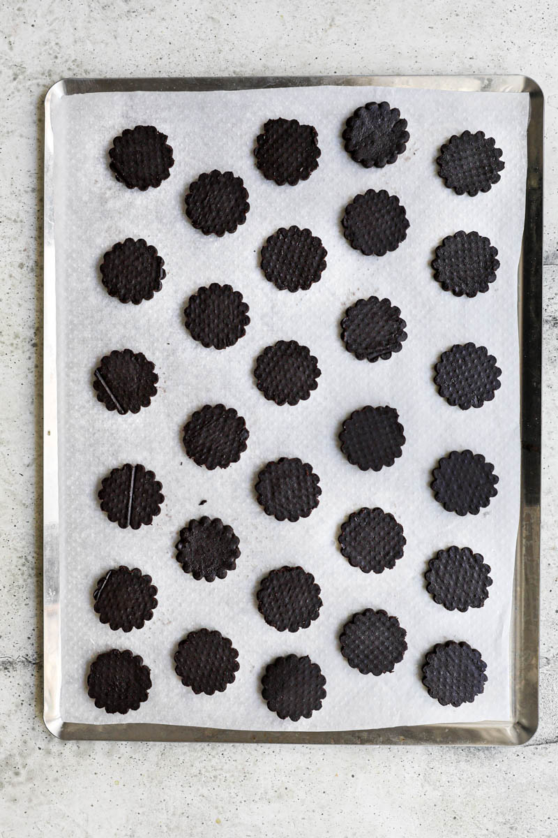 Shape and bake the homemade Oreo cookie: the Oreo cookies arranged on a baking tray ready to be baked.